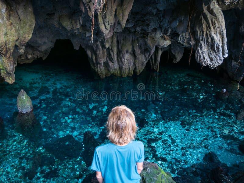 Frau im nat?rlichen See innerhalb der H?hle Bunte Reflexion, transparentes Wasser des T?rkises, Sommerabenteuer Touristischer Bes lizenzfreies stockfoto
