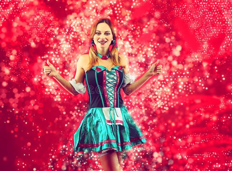 Frau im oktoberfest Kostüm lizenzfreie stockfotos
