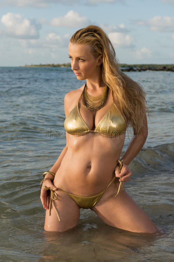 Frau im Ozean stockfoto