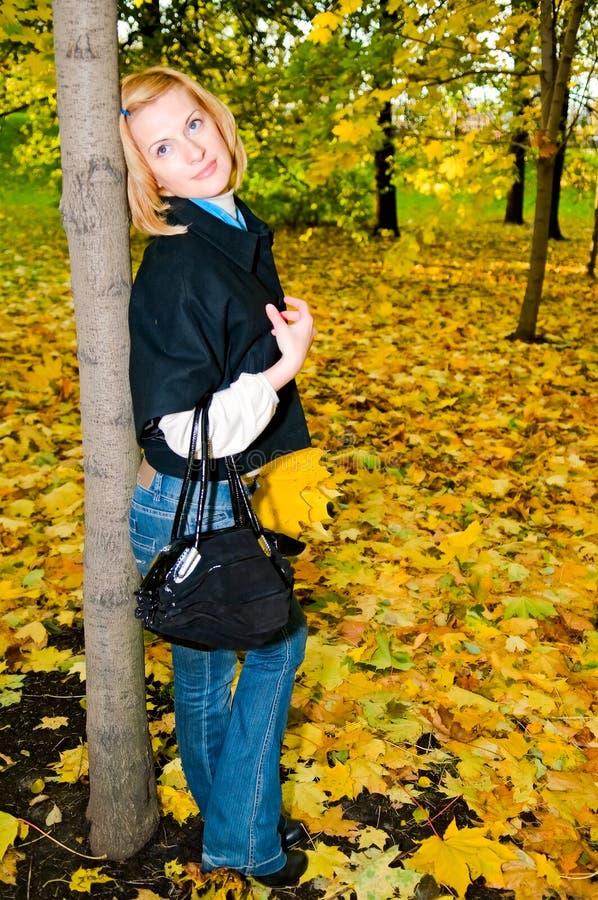 Frau im Park stockfoto