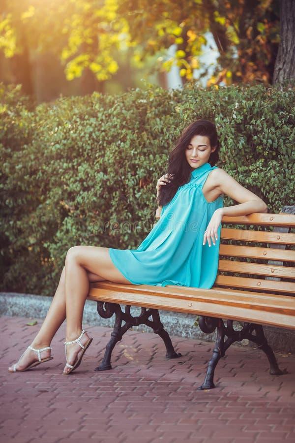 Frau im Park draußen lizenzfreie stockfotografie
