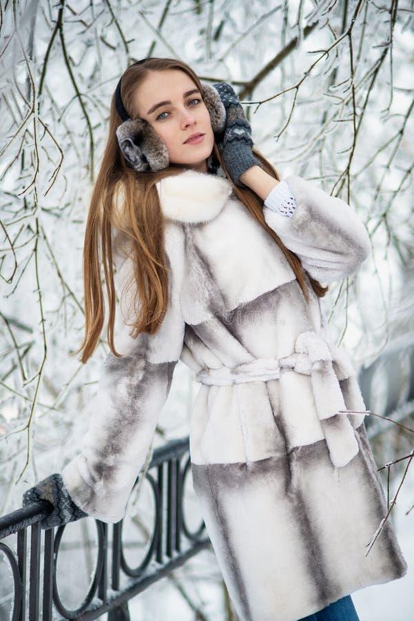 Frau im Pelz im Winterpark lizenzfreie stockfotos