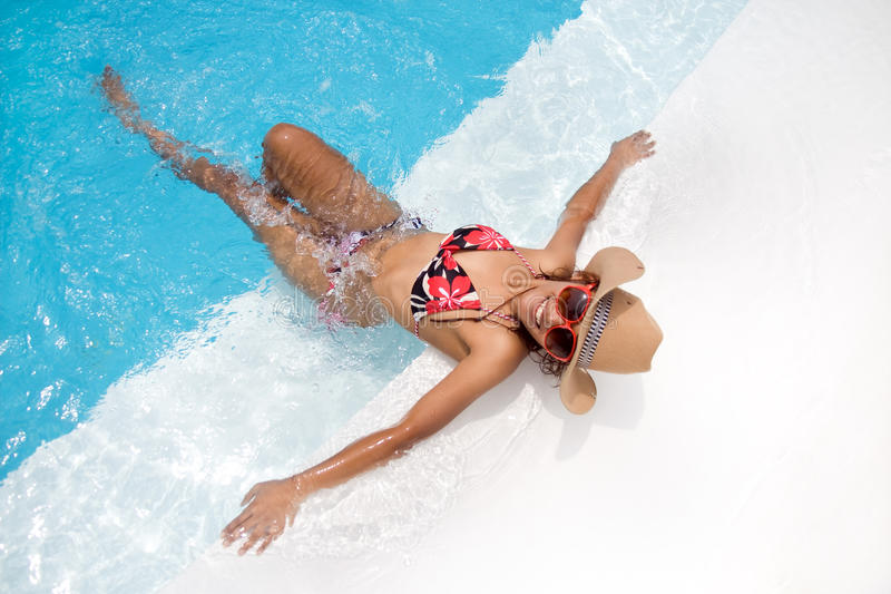 Frau im Pool lizenzfreies stockbild