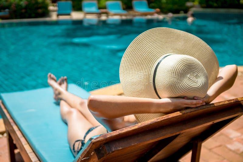 Frau im Poollandhaus lizenzfreies stockfoto