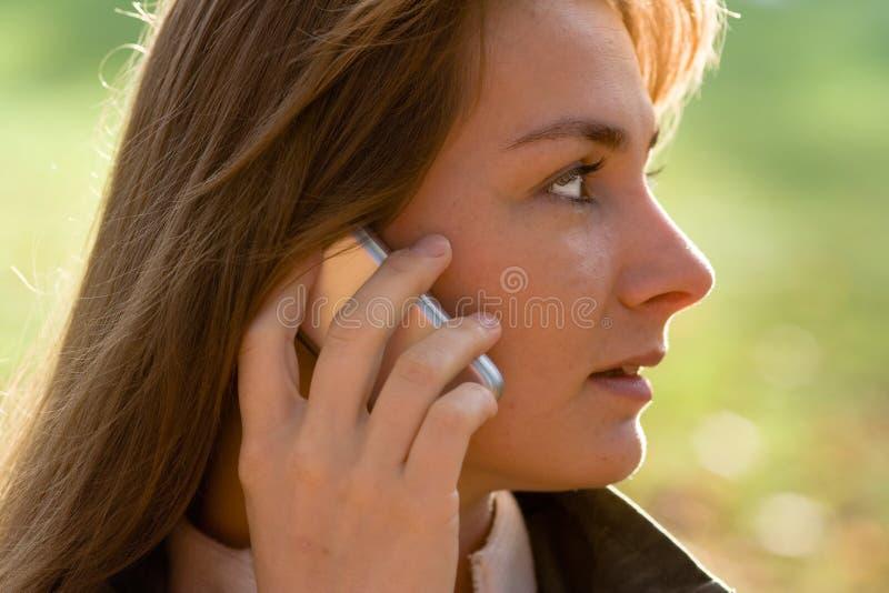 Frau im Profil auf Handy stockbild