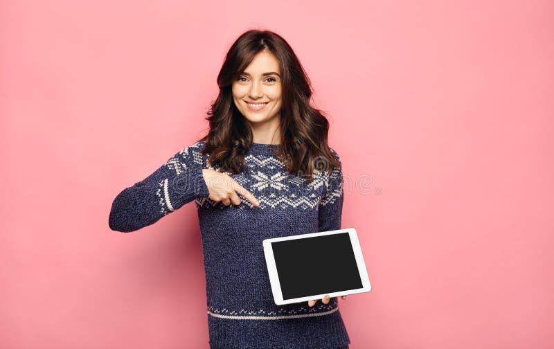 Frau im Pullover, der Tablette mit leerem Bildschirm hält lizenzfreie stockfotos