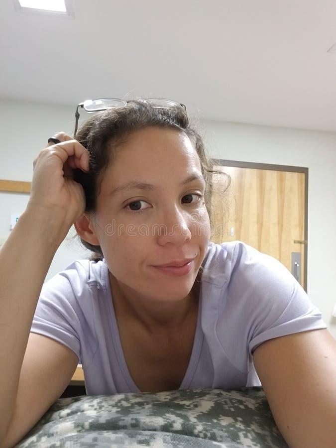 Frau im purpurroten T-Stück in den Kasernen lizenzfreie stockbilder