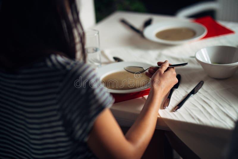 Frau im Restaurant vegetarische Cremesuppe des strengen Vegetariers essend Gluten frei und Diätlebensmittel Weibliche Essenknoche lizenzfreie stockfotos
