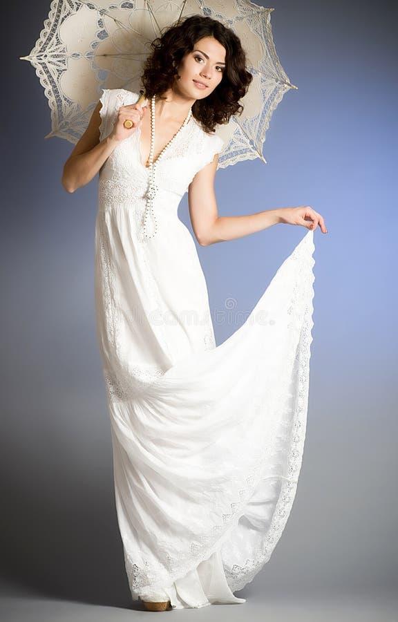 Frau im Retro- Brautkleid stockfoto. Bild von mädchen - 25003756