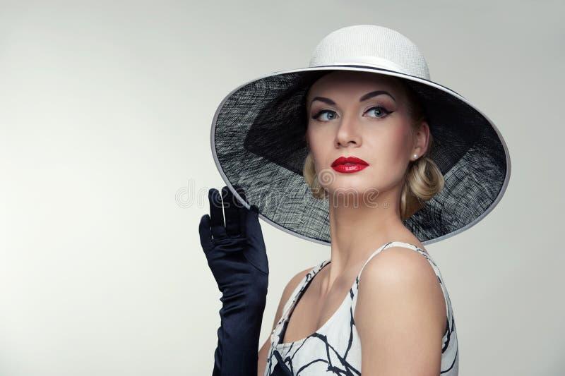 Frau im Retro- Portrait des Hutes. lizenzfreies stockbild