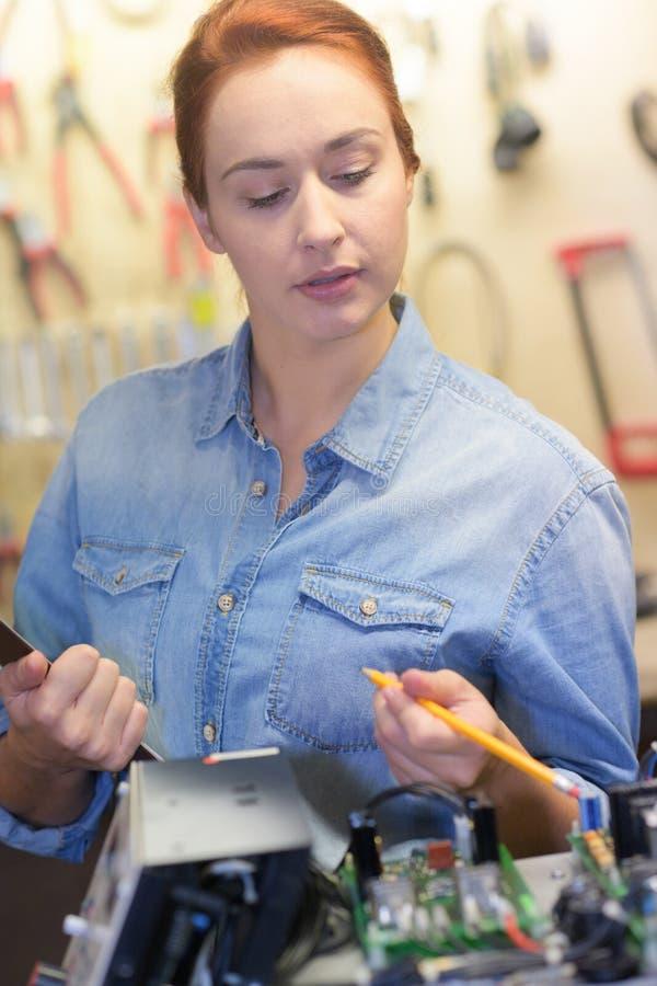Frau im Robotikklassen-Forschungselektronischen gerät stockfoto