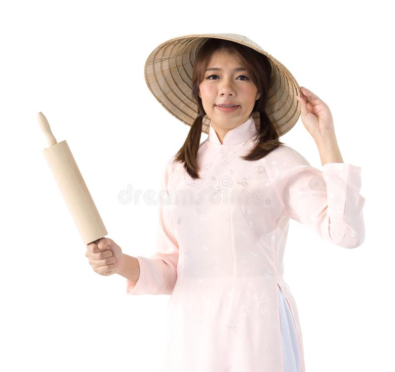 Frau im rosa Kleider- und Vietnam-Hutholdingnudelholz stockbilder