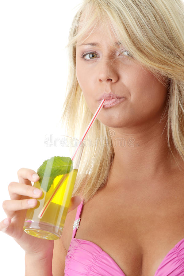 Frau im rosafarbenen Bikini mit kaltem Getränk lizenzfreie stockfotos