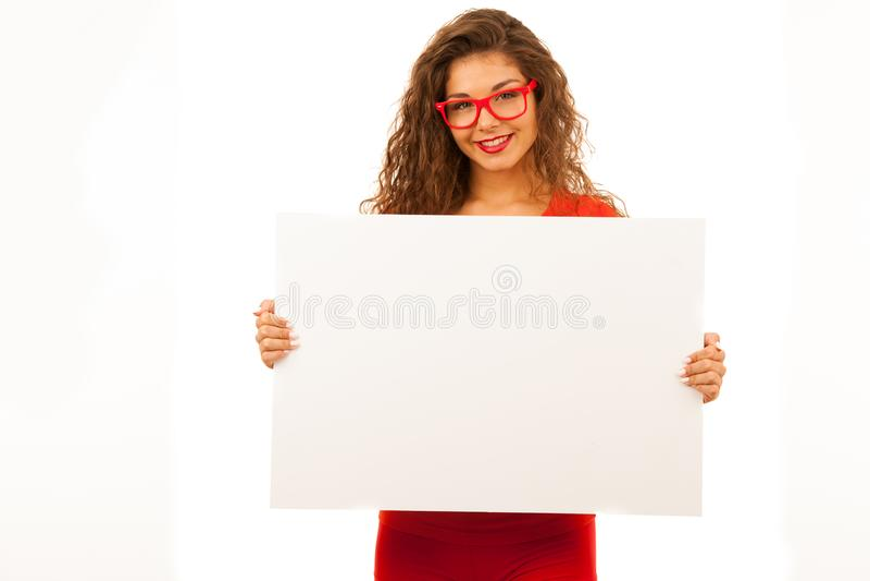 Frau im Rot, das leere weiße Fahne mit Kopienraum für addi zeigt stockfotos