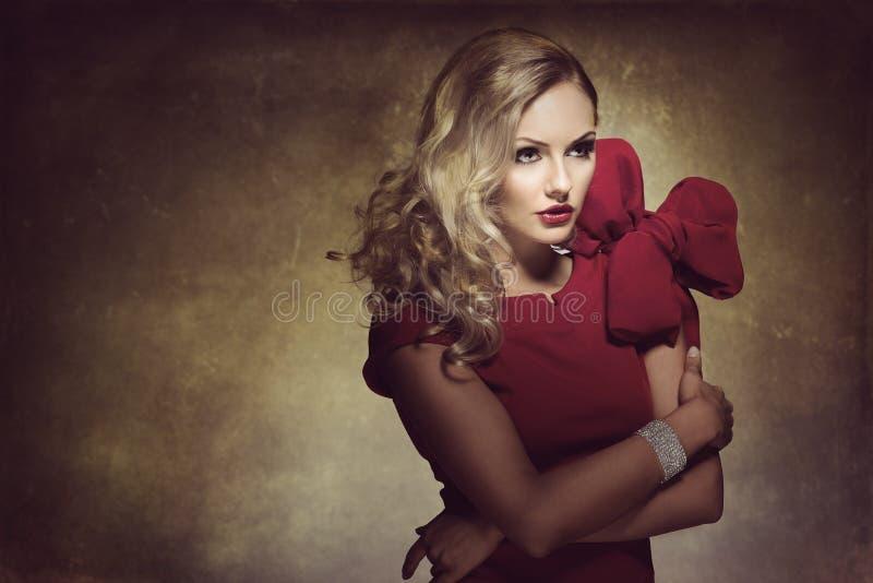 Frau im Rot mit großem Bogen stockfotos