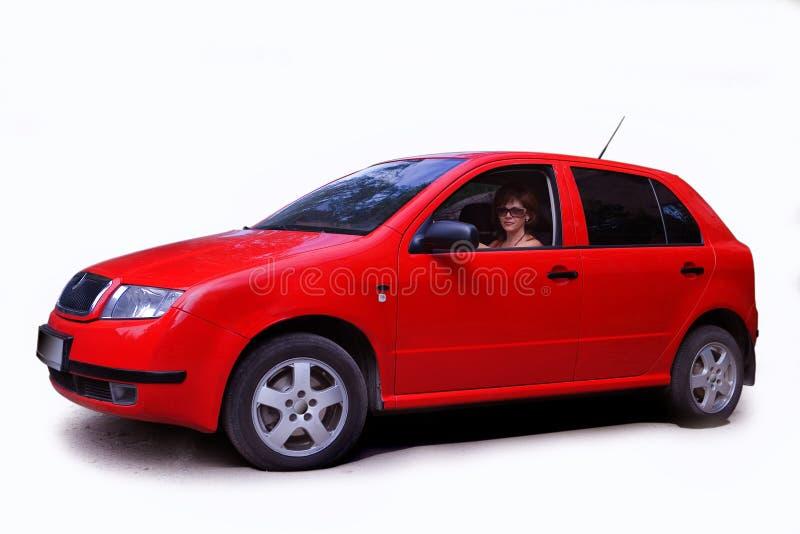 Frau im roten Auto lizenzfreie stockfotografie