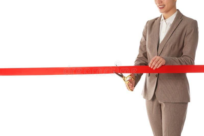 Frau im roten Band des Büroanzugausschnitts lokalisiert auf Weiß stockfotografie