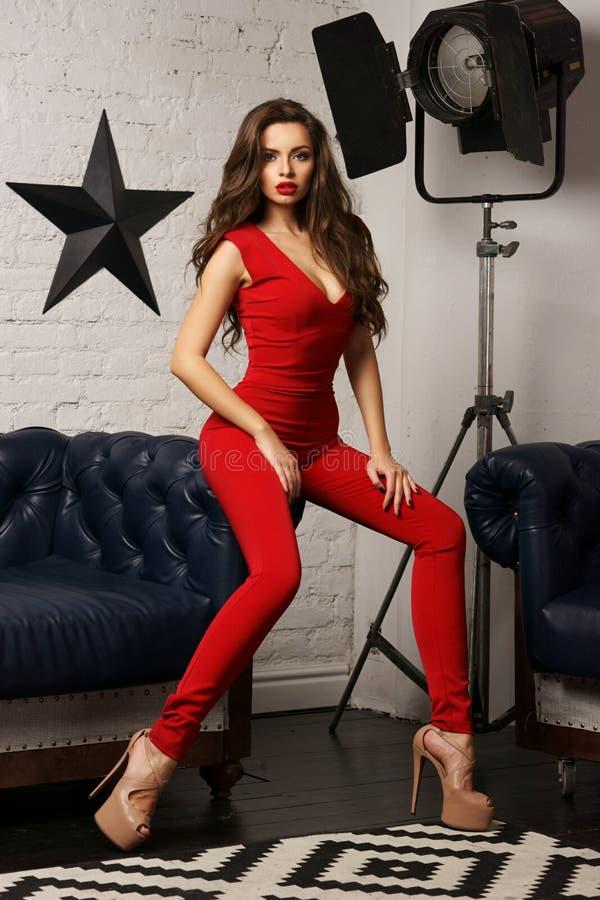 Frau im roten Gesamten lizenzfreie stockbilder