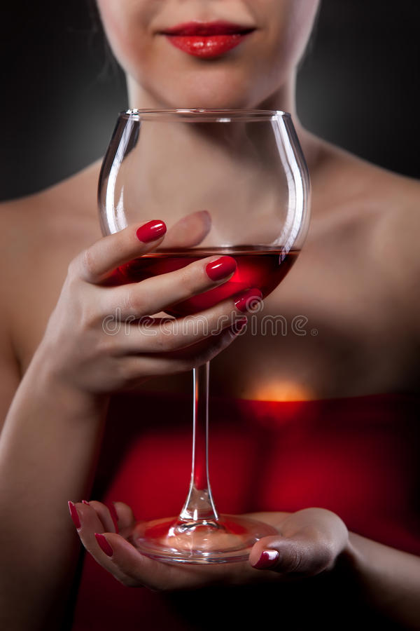 Frau im roten Holdingweinglas lizenzfreie stockfotos