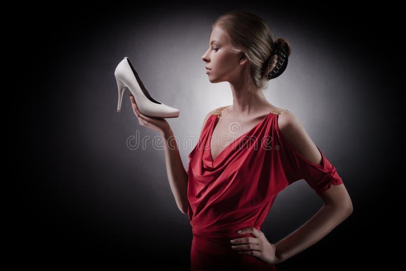 Frau im roten Kleid. Mädchen und Schuh stockfotos