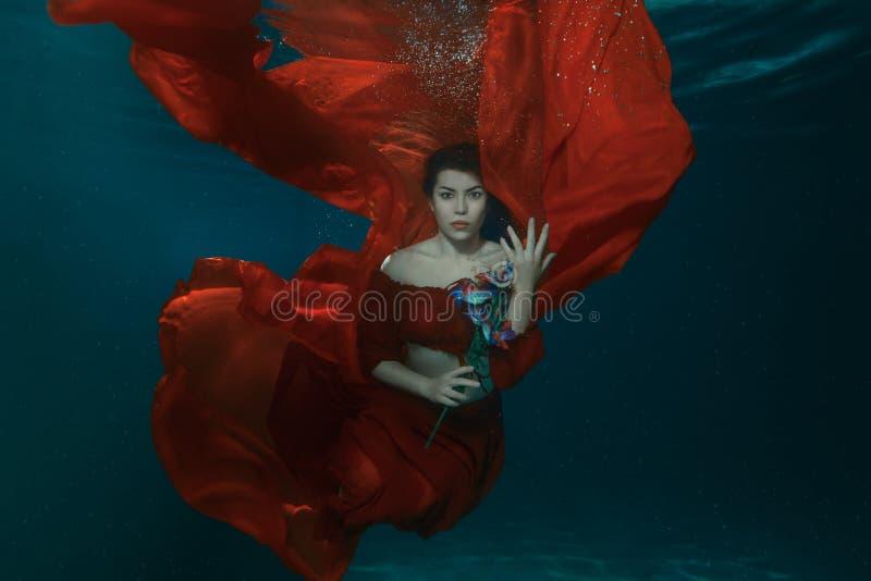Frau im roten Kleid Unterwasser lizenzfreies stockfoto
