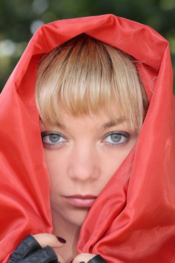 Frau im roten Mantel stockfotos