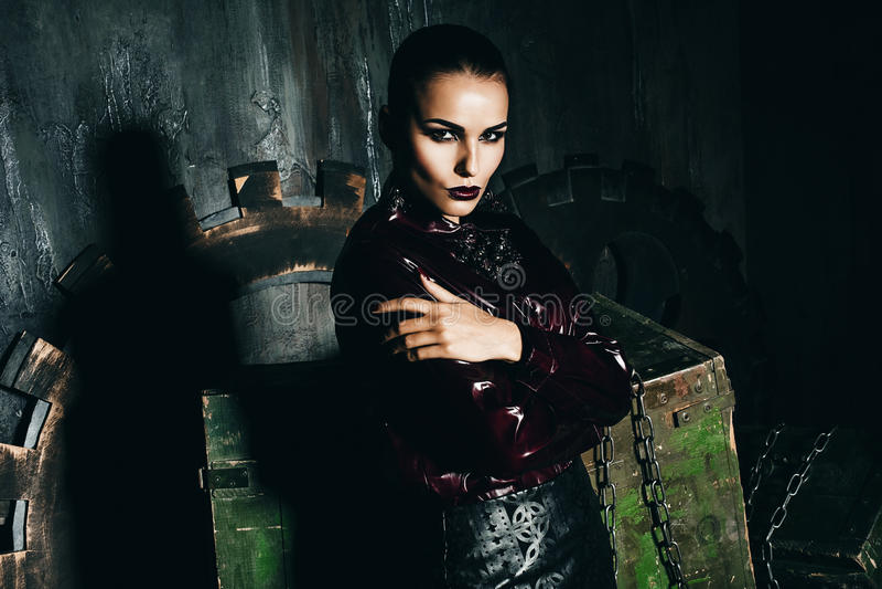 Frau im Rotweinhemd nahe alten Dekorationen lizenzfreie stockbilder