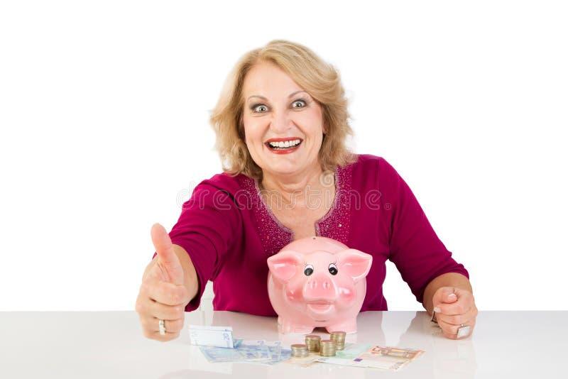 Frau im Ruhestand mit Einsparungen - Frau lokalisiert auf weißem Hintergrund lizenzfreies stockbild