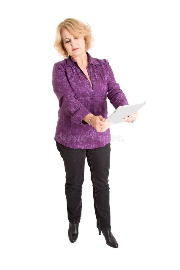 Frau im Ruhestand mit Tabletten-PC - ältere Frau lokalisiert auf weißem BAC lizenzfreies stockbild
