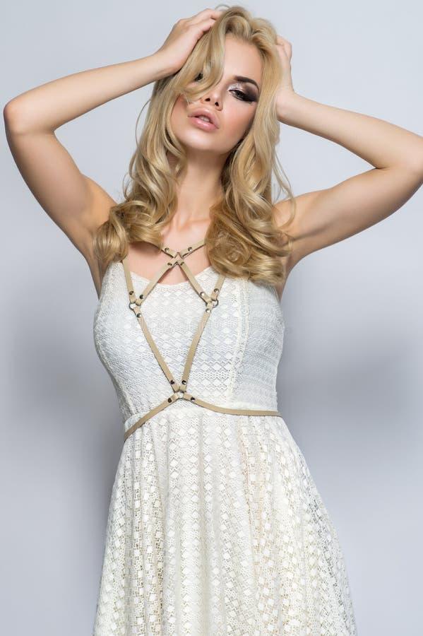 Frau im schönen weißen Kleid lizenzfreie stockbilder