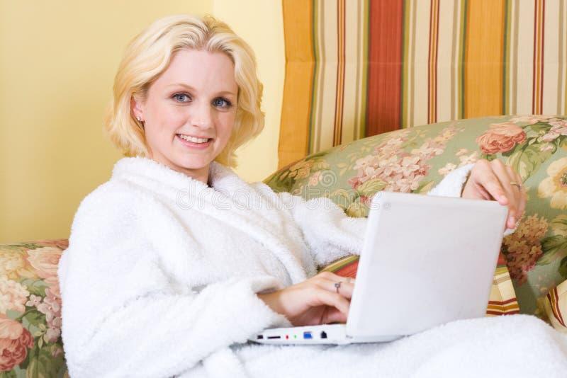 Frau im Schlafzimmer lizenzfreies stockbild
