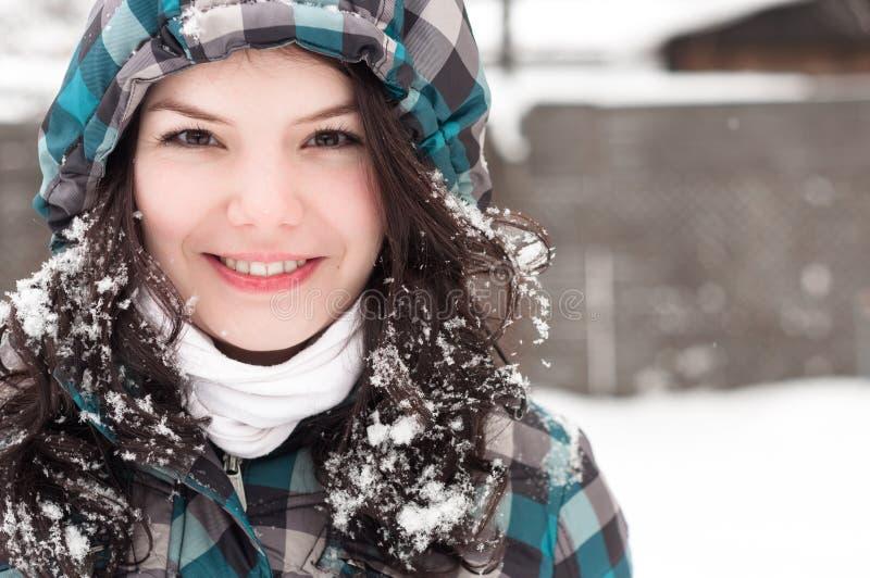 Frau im Schnee am Winter stockbilder