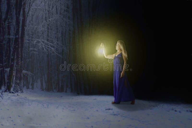 Frau im schneebedeckten Wald stockfotografie