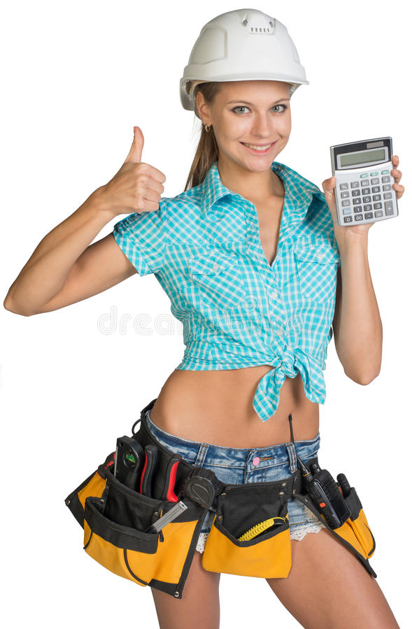 Frau im Schutzhelm und Werkzeug schnallen das Zeigen des Taschenrechners um stockbilder