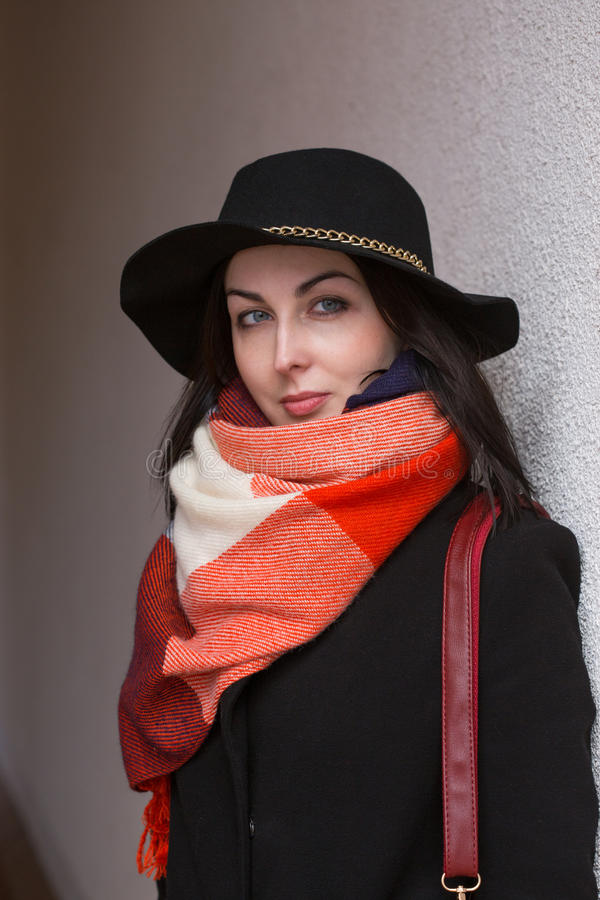 Frau im schwarzen Hut stockfoto