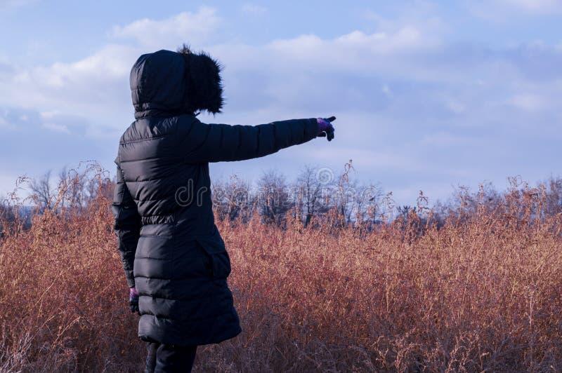 Download Frau Im Schwarzen Ihren Finger In Richtung Zur Leerstelle Zeigend Stockfoto - Bild von kleidung, field: 84857414