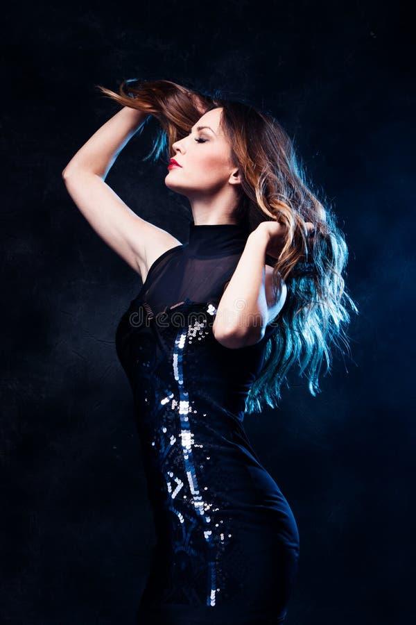 Frau im schwarzen Kleid lizenzfreies stockbild