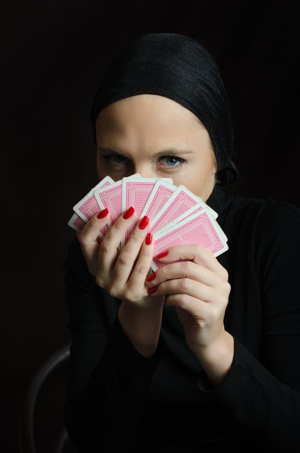 Frau im Schwarzen mit Spielkarten lizenzfreies stockfoto