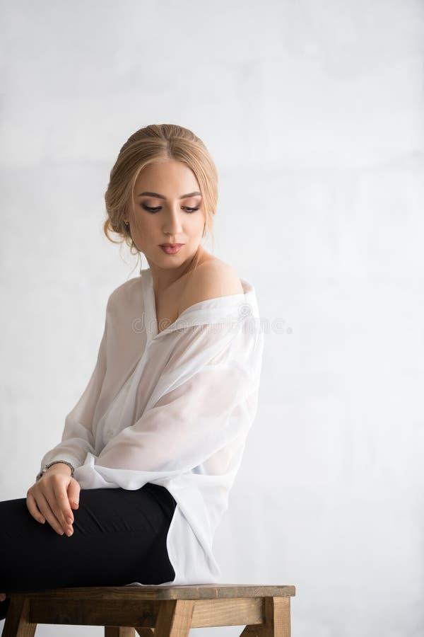 Frau im sexy weißen Hemdstudioporträt stockfotos