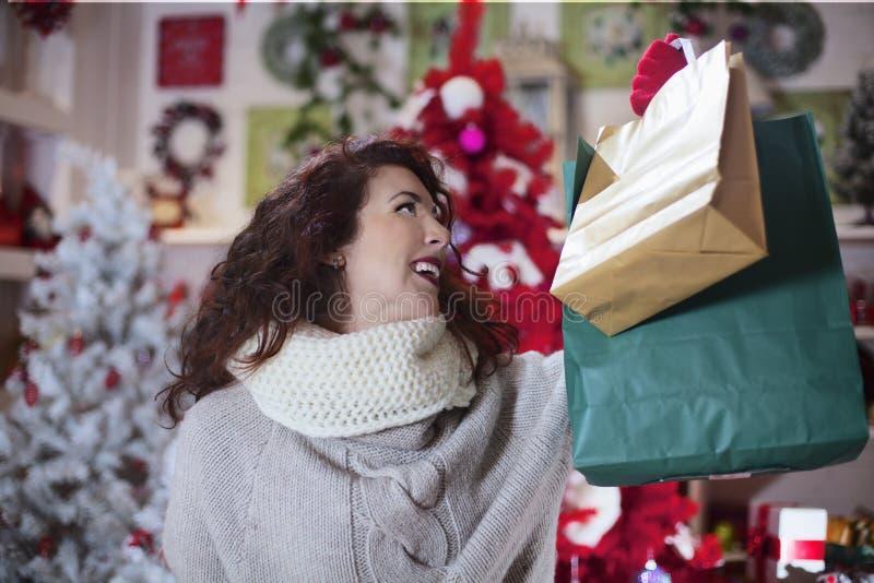 Frau im Shopblick stellte ihre Einkaufstaschen zufrieden lizenzfreie stockfotografie