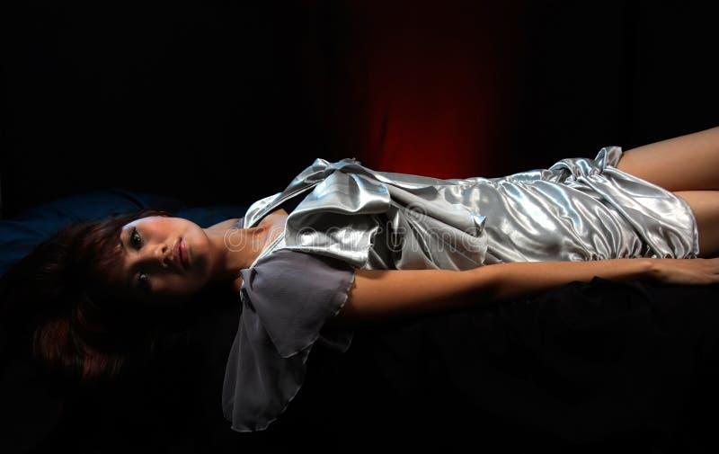 Frau im silbernen Kleid lizenzfreie stockfotos