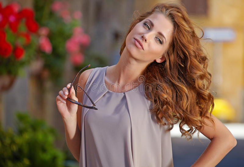 Frau im Sommerkleid gehend und laufend froh und c lizenzfreie stockfotografie