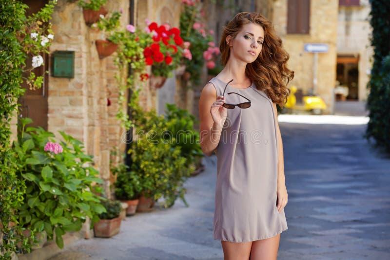 Frau im Sommerkleid gehend und laufend froh und c lizenzfreie stockfotos