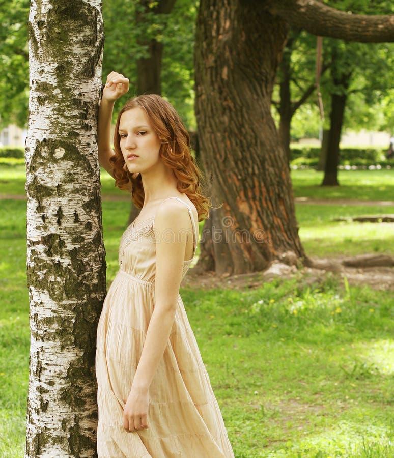 Frau im Sommerpark lizenzfreie stockfotografie