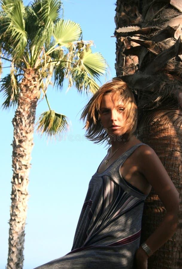 Frau im Sonnenlicht stockfotografie