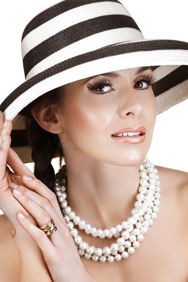 Frau im Strohhut und in den Perlen stockfotos