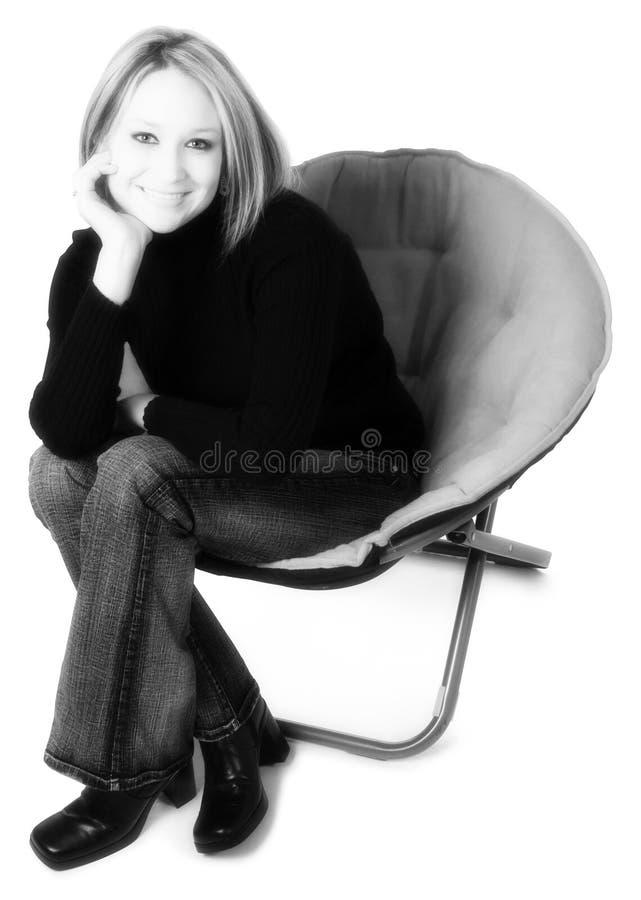 Frau im Stuhl lizenzfreies stockbild