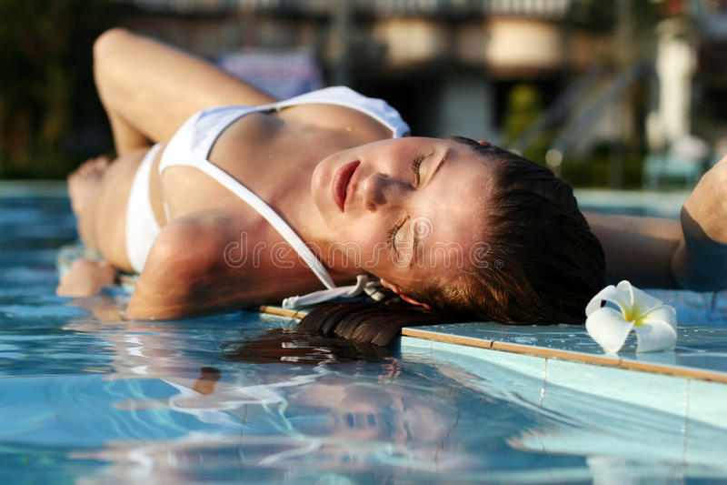 Frau im Swimmingpool lizenzfreies stockfoto