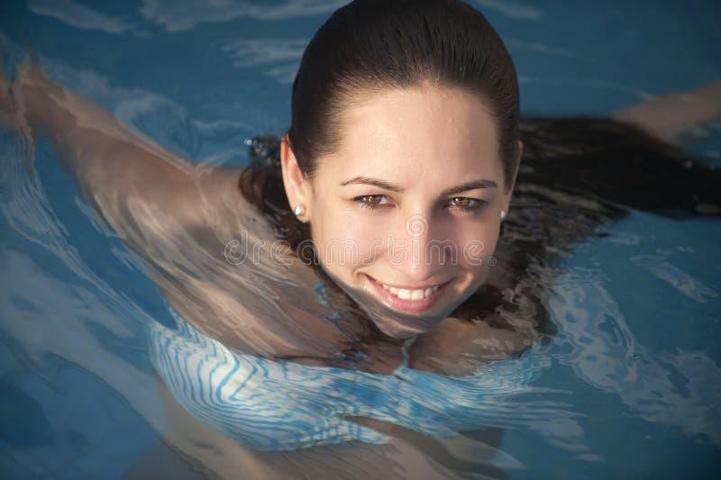 Frau im Swimmingpool lizenzfreie stockfotos