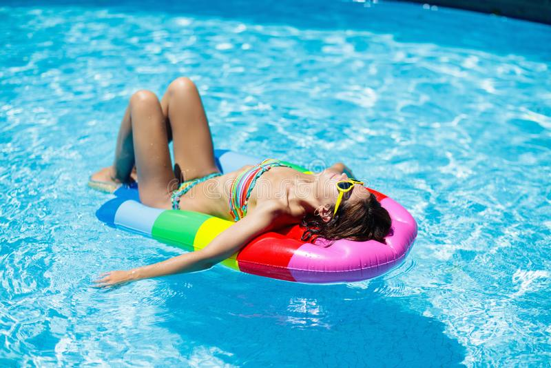 Frau im Swimmingpool auf Floss Weibliche Schwimmen stockfotografie